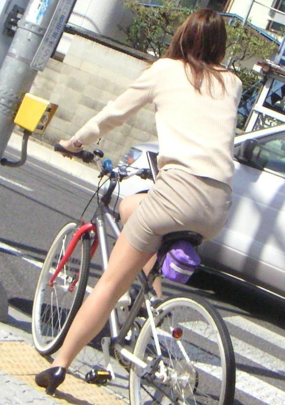 お尻 セクシー 自転車 通勤 OL 街撮り エロ画像【2】