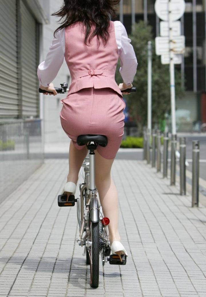お尻 セクシー 自転車 通勤 OL 街撮り エロ画像【4】