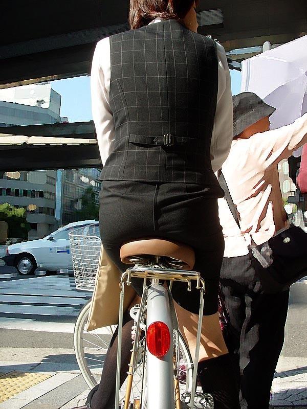 お尻 セクシー 自転車 通勤 OL 街撮り エロ画像【5】