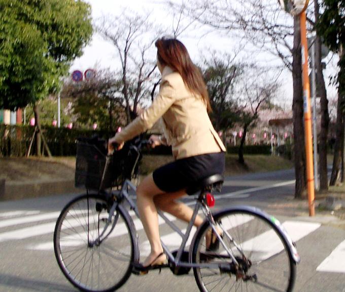 お尻 セクシー 自転車 通勤 OL 街撮り エロ画像【7】