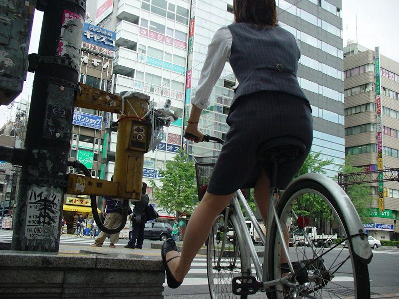 お尻 セクシー 自転車 通勤 OL 街撮り エロ画像【15】