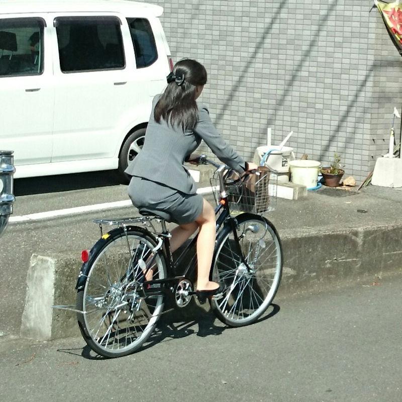 お尻 セクシー 自転車 通勤 OL 街撮り エロ画像【16】