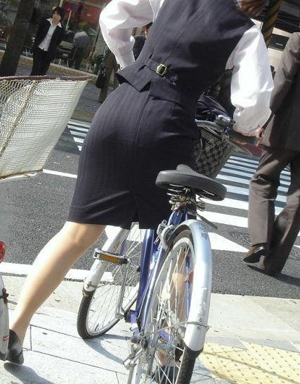 お尻 セクシー 自転車 通勤 OL 街撮り エロ画像【18】