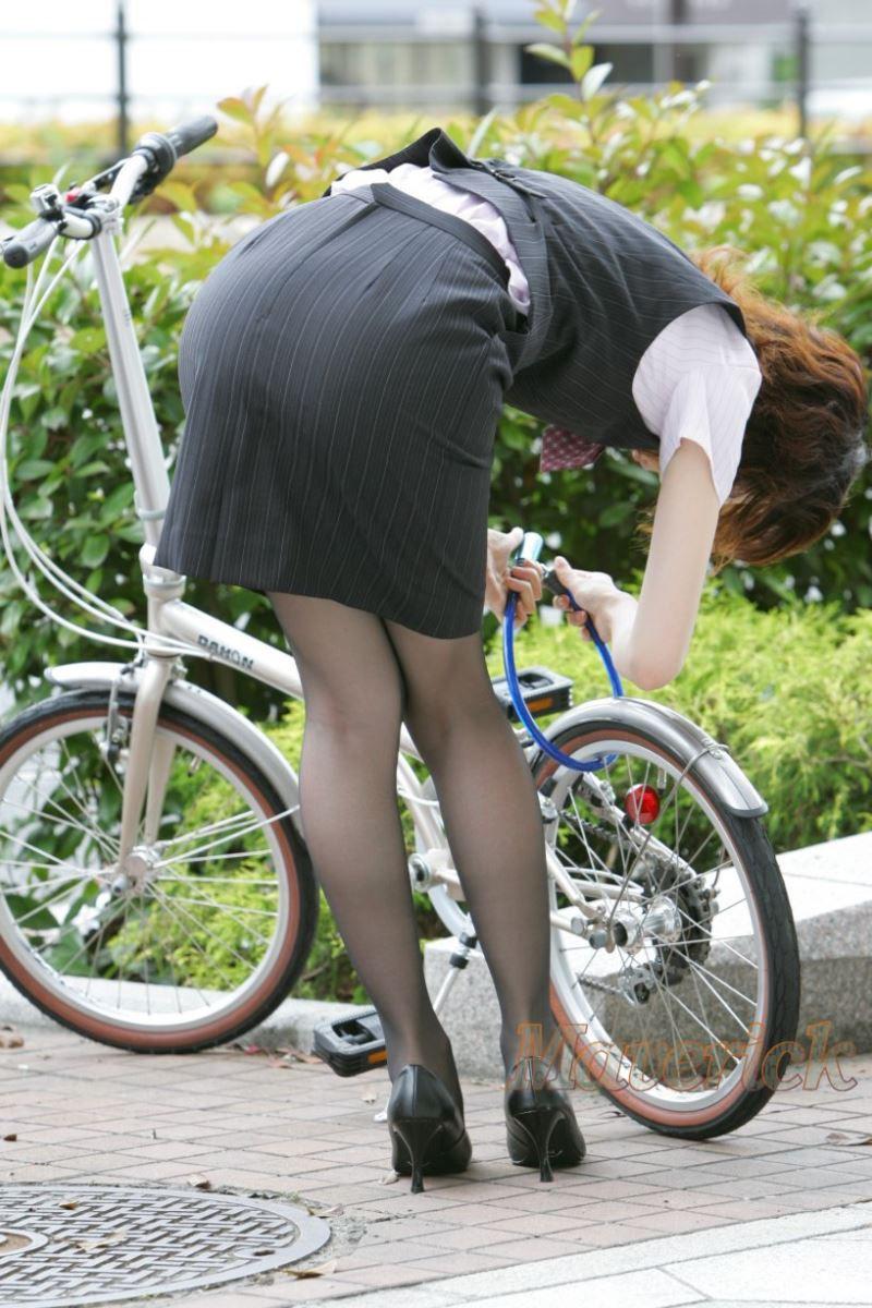 お尻 セクシー 自転車 通勤 OL 街撮り エロ画像【30】