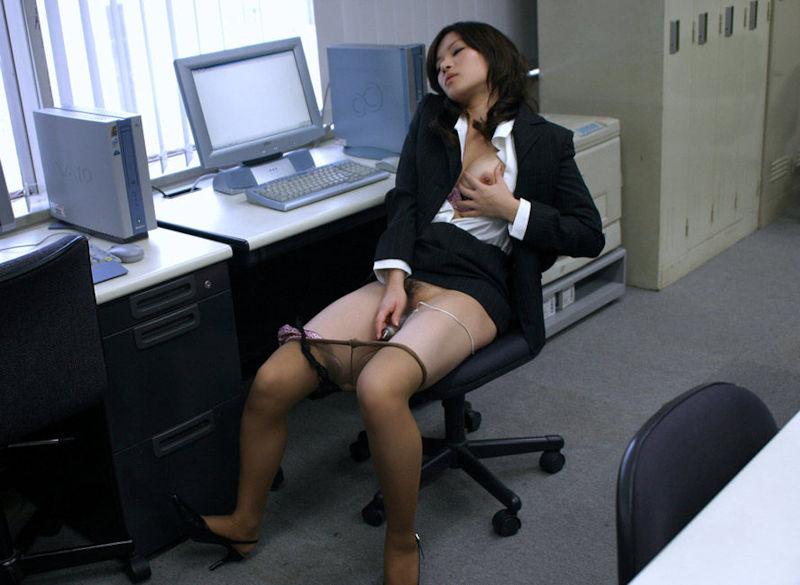 OLがまんこを濡らす会社内オナニーのエロ画像