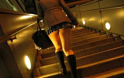 階段で背後からお尻を見上げるエロ画像 ①