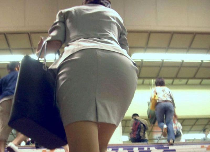 階段で背後からお尻を見上げるエロ画像