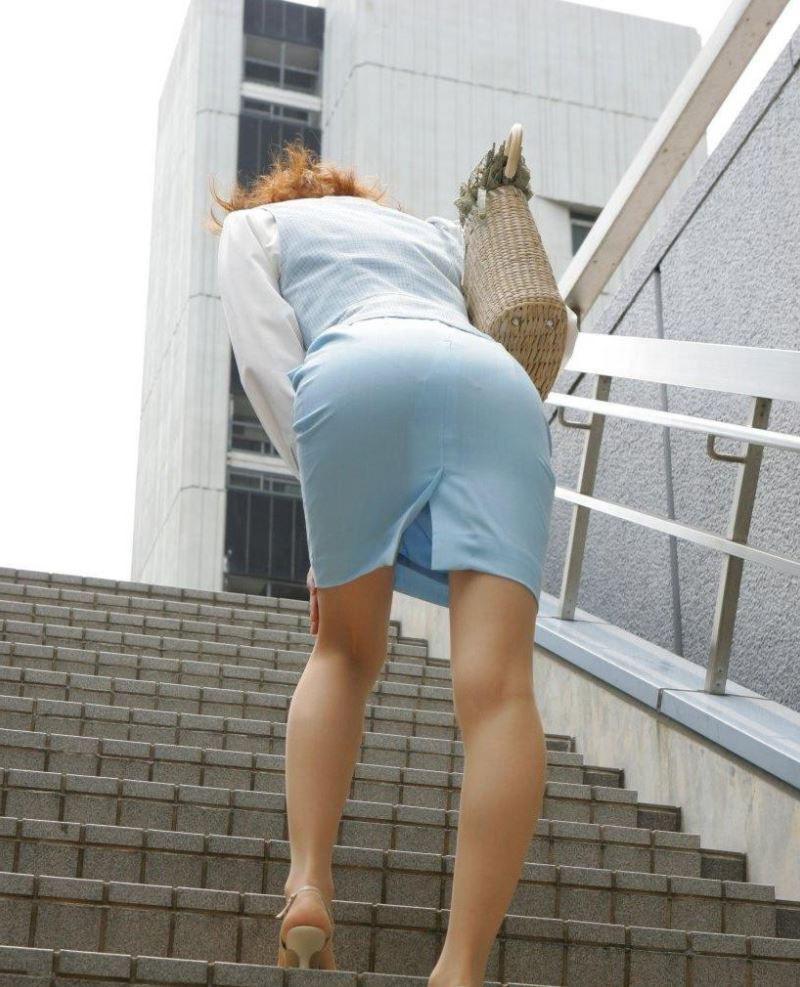 階段 背後 お尻 見上げる エロ画像【25】