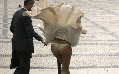 パンツ隠さない風パンチラ外国人のエロ画像 ①