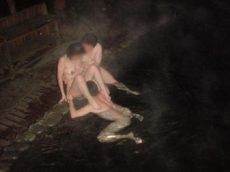 温泉 セックス 露天風呂 エロ画像【40】
