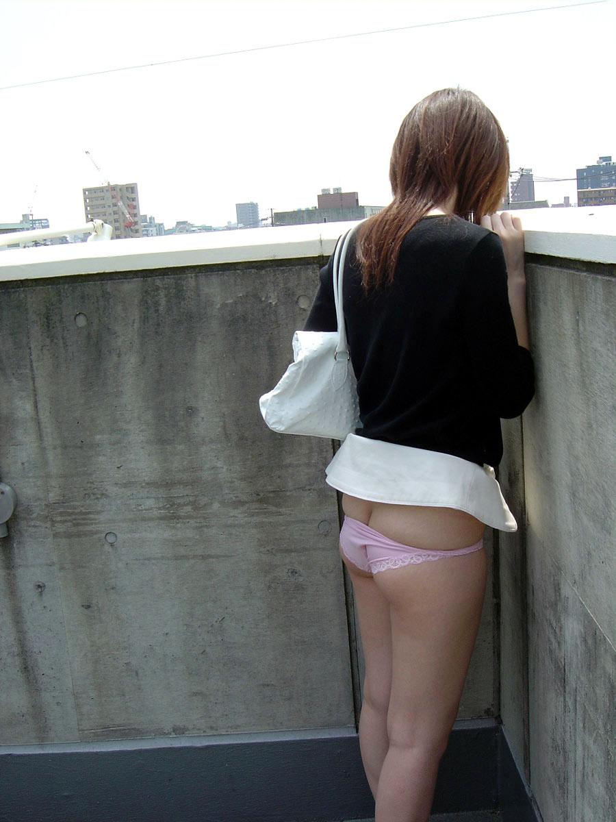 お尻 チラリ 露出 野外 半ケツ エロ画像【9】