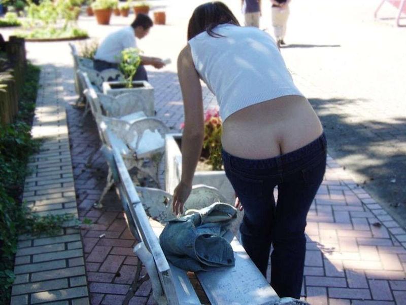 お尻 チラリ 露出 野外 半ケツ エロ画像【18】