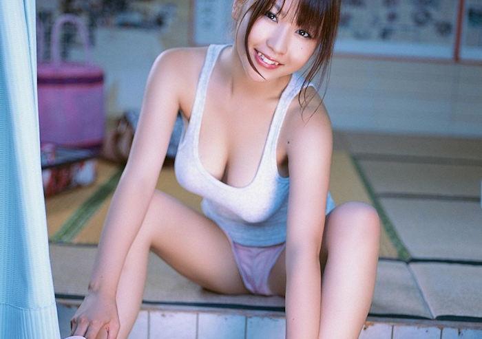 女の魅力が溢れてる!タンクトップ着てる女のエロ画像wwwww