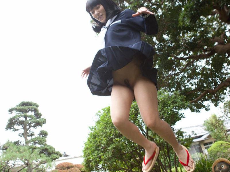 JKジャンプ!制服で跳ぶ元気な学生さんのエロ画像