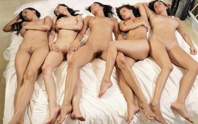 ヌードな外国人の仰向け寝転びおっぱい画像 ④