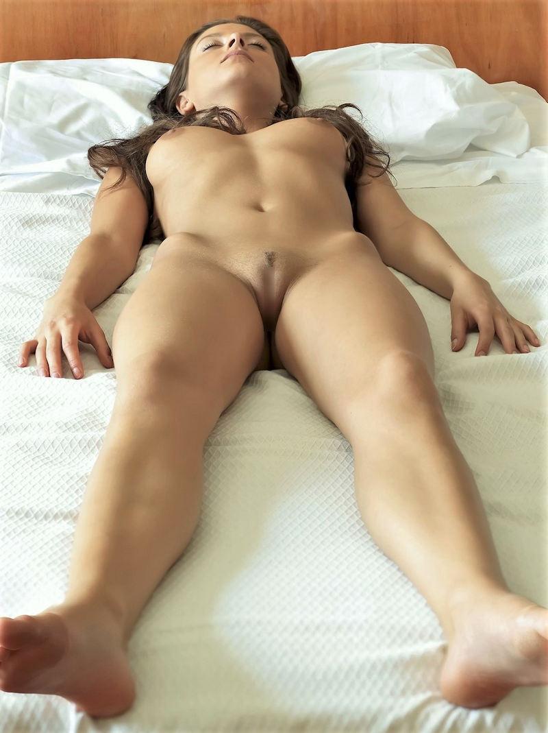 仰向けのおっぱい ヌード 外国人 仰向け 寝転び おっぱい エロ画像【1】