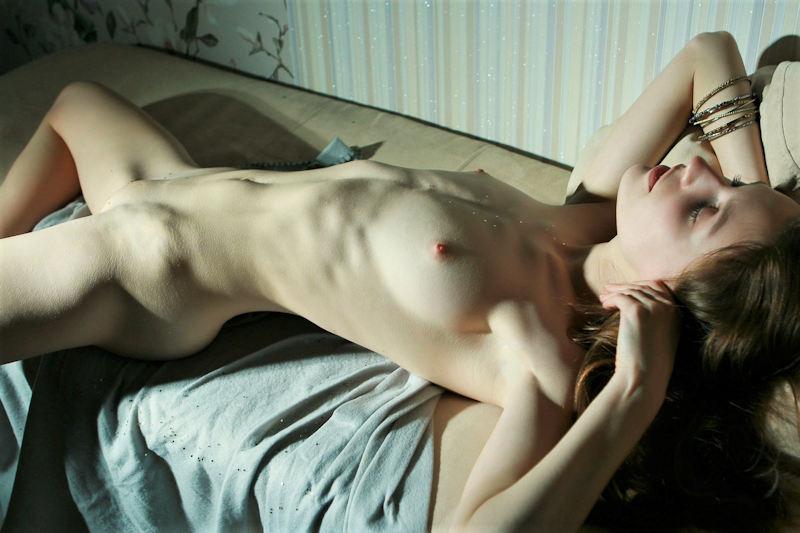 ヌード 外国人 仰向け 寝転び おっぱい エロ画像【24】