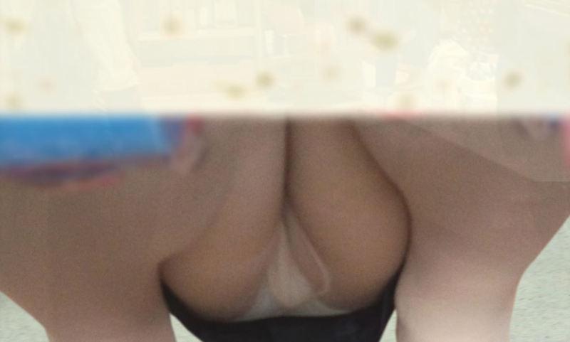 しゃがみパンチラ パンツ OL エロ画像【43】
