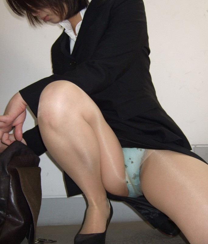 しゃがみパンチラ パンツ OL エロ画像【44】