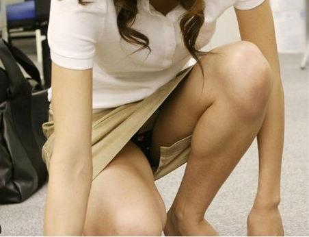 しゃがみパンチラ パンツ OL エロ画像【48】