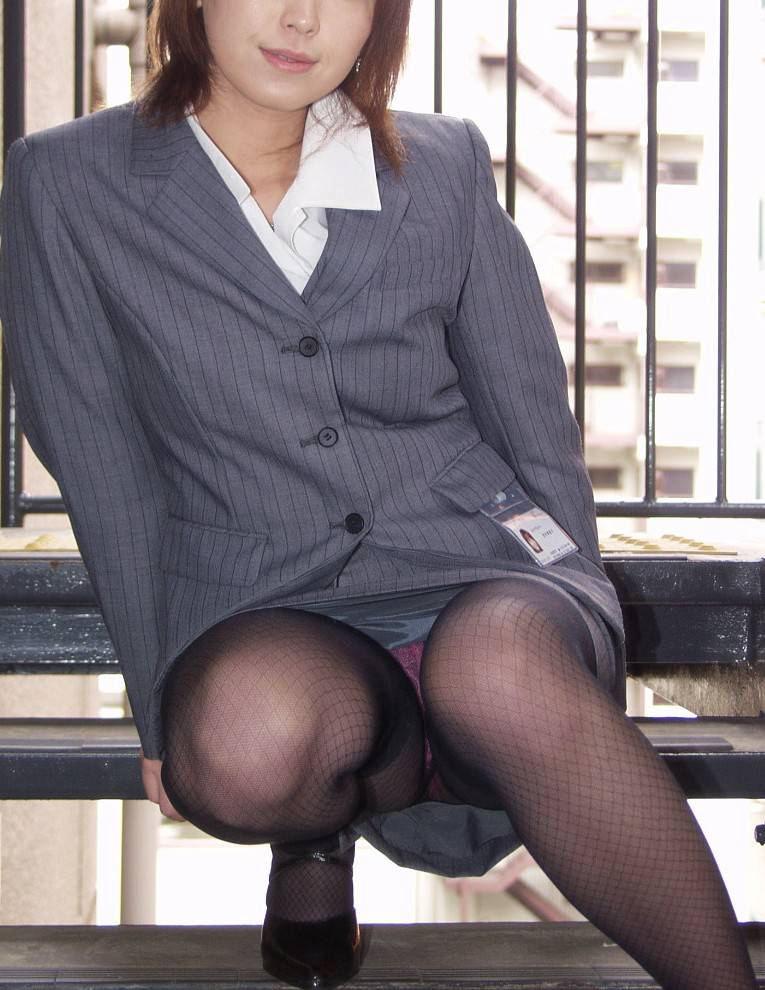 しゃがみパンチラ パンツ OL エロ画像【58】