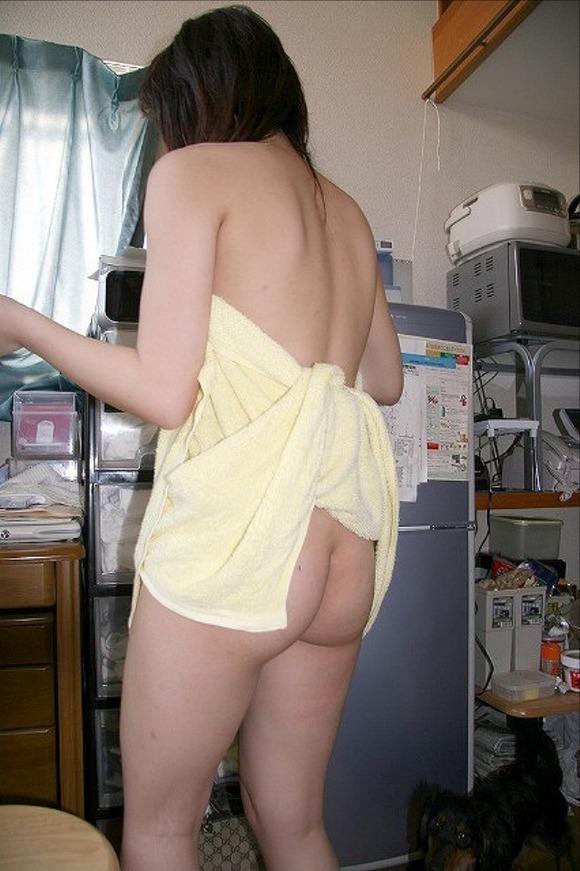 裸 バスタオル おしり 尻チラ エロ画像【2】