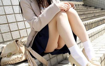 綺麗な体育座り・三角座りのパンチラ画像 ①