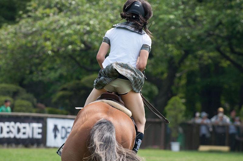 乗馬 またがり パンチラ エロ画像【2】