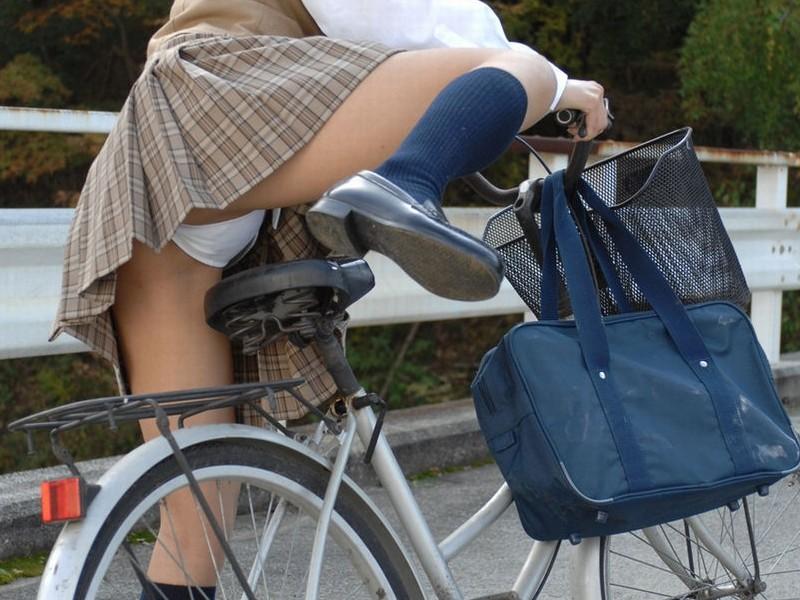 自転車 またがり パンチラ エロ画像【13】