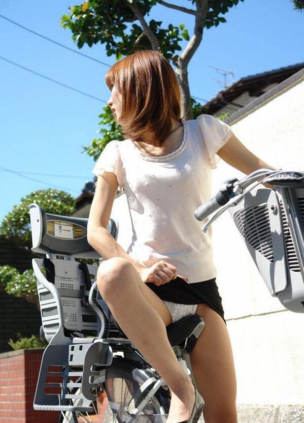 自転車 またがり パンチラ エロ画像【16】