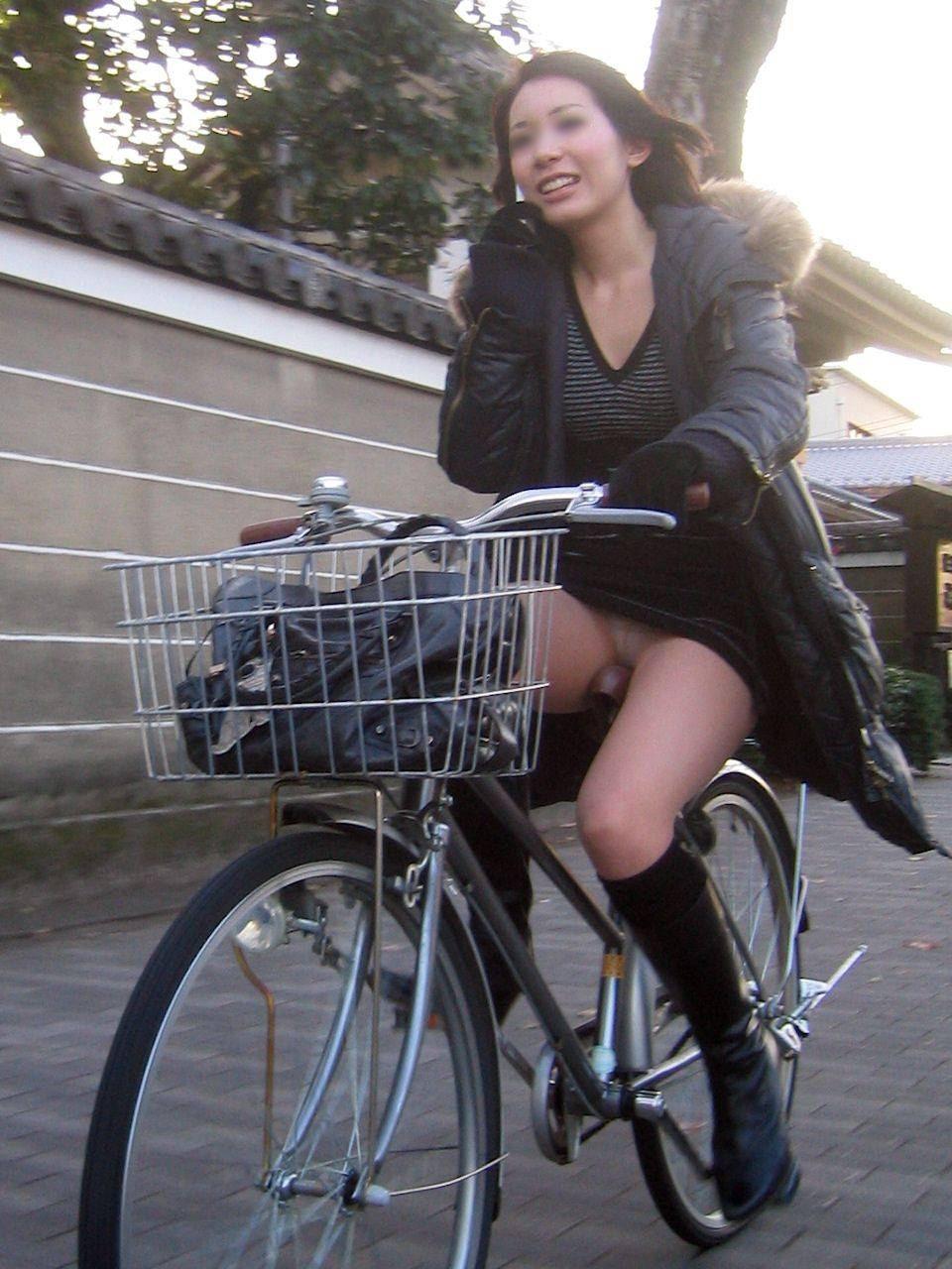自転車 またがり パンチラ エロ画像【21】