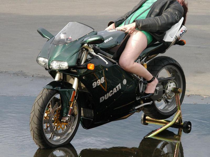 バイク またがり パンチラ エロ画像【23】