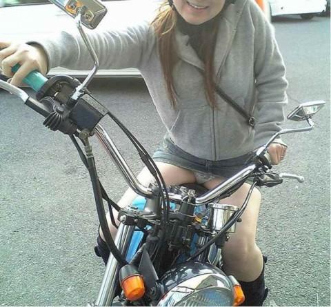 バイク またがり パンチラ エロ画像【27】