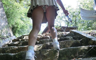 スカートでスニーカーを履く女の子のパンチラ画像 ②