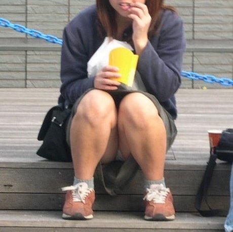 スカート スニーカー パンチラ エロ画像【6】