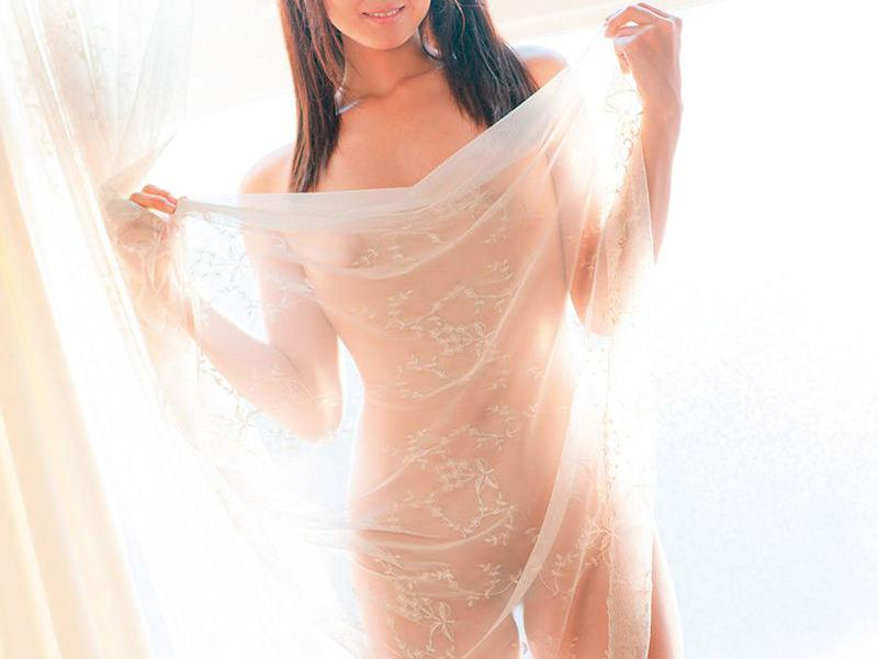 レース越しに裸体が透けるカーテンヌードのエロ画像