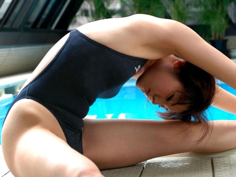 ハイレグで過激に魅せる美脚美女のエロ画像