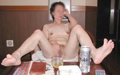 おばさんが飲酒してるほろ酔い熟女のエロ画像 ①