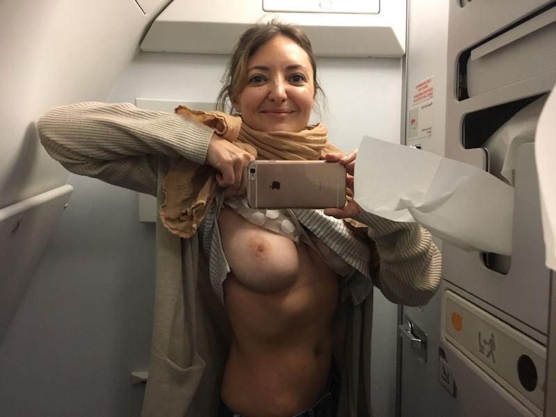 飛行機内のトイレで露出する外国人女性客の自撮り画像