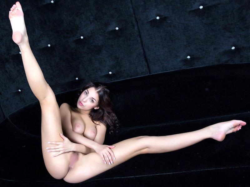 全裸でL字開脚をする外国人のぱっくりヌード画像