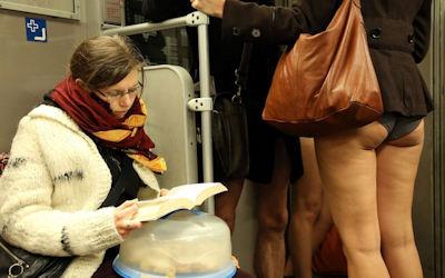 1月にパンツ丸出しで地下鉄に乗るノーパンツデー画像集 ①