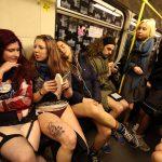1月にパンツ丸出しで地下鉄に乗るノーパンツデー画像集