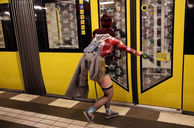 1月 パンツ 丸出し 地下鉄 ノーパンツデー エロ画像【28】
