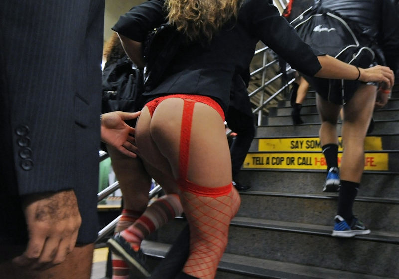 1月 パンツ 丸出し 地下鉄 ノーパンツデー エロ画像【34】