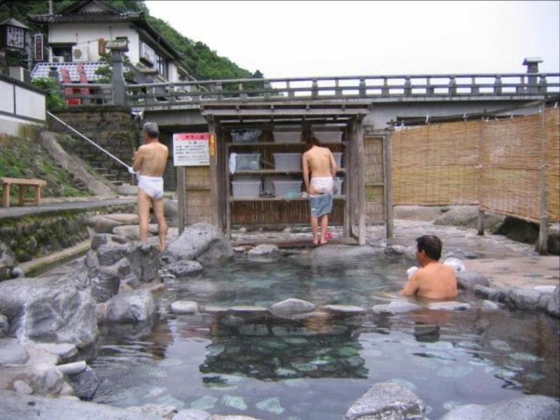 露天風呂の屋外脱衣所が着替え丸見えなエロ画像