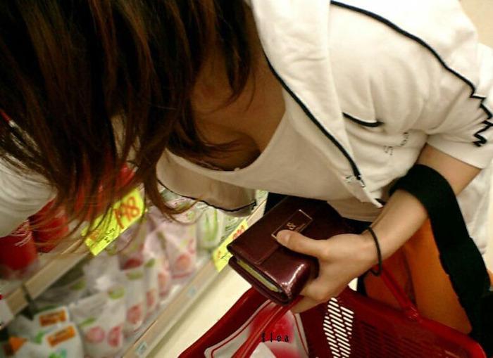 コンビニ 薬局 店内 胸チラ エロ画像【5】