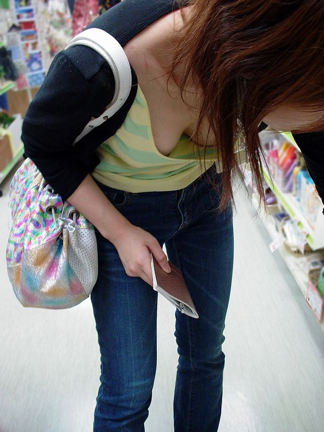 コンビニ 薬局 店内 胸チラ エロ画像【7】
