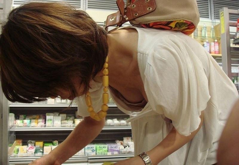 コンビニ 薬局 店内 胸チラ エロ画像【18】