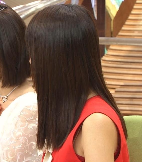 胸チラ 脇 隙間 覗く エロ画像【2】