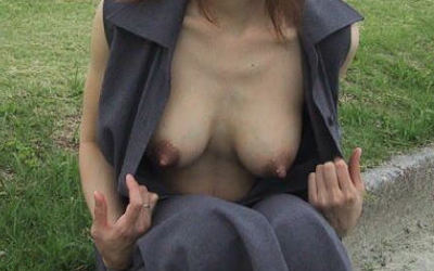 自分でガバッと胸チラ!セルフ乳首見せのエロ画像 ④